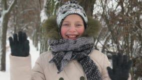 Ragazza felice del bambino nell'inverno stock footage