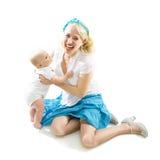 Ragazza felice del perno-in su con il bambino isolato su bianco immagini stock