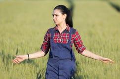 Ragazza felice dell'agricoltore nel giacimento di grano Fotografia Stock
