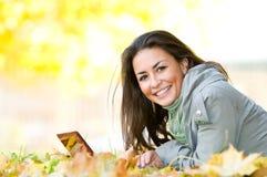 Ragazza felice dell'allievo che si trova in autunno Immagini Stock Libere da Diritti