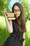Ragazza felice dell'allievo con i libri in sosta Immagini Stock