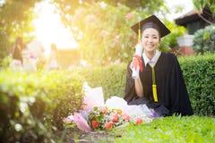 Ragazza felice dello studente graduato - congratulazioni fotografia stock libera da diritti