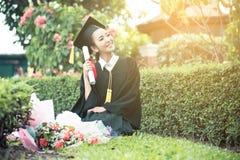 Ragazza felice dello studente graduato - congratulazioni di istruzione Fotografia Stock Libera da Diritti