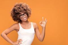 Ragazza felice di afro che mostra a mano simbolo giusto Immagini Stock