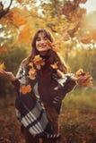 Ragazza felice di autunno immagine stock libera da diritti