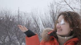 Ragazza felice di bellezza che gode dell'inverno all'aperto archivi video