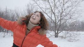 Ragazza felice di bellezza che gode dell'inverno all'aperto video d archivio