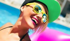 Ragazza felice di estate nello stile della festa in piscina immagine stock