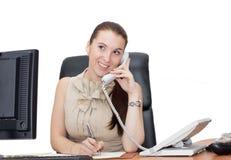 Ragazza felice di impiegato sulla chiamata di telefono della linea terrestre immagini stock libere da diritti