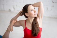 Ragazza felice di yoga nella posa reale del piccione Immagini Stock Libere da Diritti