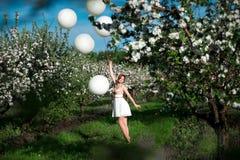 Ragazza felice divertendosi estate fotografie stock
