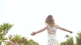 Ragazza felice divertendosi vicino agli alberi all'alba Ballare al rallentatore video d archivio