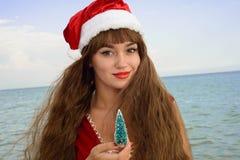 Ragazza felice e bella Santa Claus sulla spiaggia Fotografia Stock Libera da Diritti