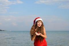 Ragazza felice e bella Santa Claus sulla spiaggia Fotografia Stock