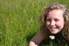 Ragazza felice nell'erba Immagine Stock