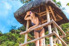 Ragazza felice nelle vacanze estive alla spiaggia Fotografia Stock