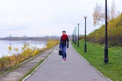 Ragazza felice in sciarpa rossa all'aperto Fotografia Stock Libera da Diritti