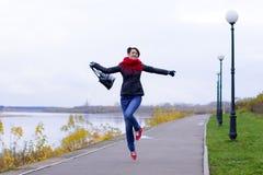 Ragazza felice in sciarpa rossa all'aperto Fotografia Stock