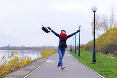 Ragazza felice in sciarpa rossa all'aperto Fotografie Stock Libere da Diritti