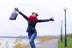 Ragazza felice in sciarpa rossa all'aperto Immagini Stock