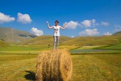 Ragazza felice sopra la palla del fieno Immagine Stock Libera da Diritti