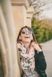 Ragazza felice sorridente dei giovani in occhiali da sole, rivestimento nero e sciarpa delle ancore all'aperto Ritratto di bella  Fotografie Stock Libere da Diritti