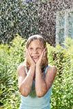 Ragazza felice sotto pioggia Fotografie Stock