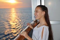Ragazza felice su una nave da crociera fotografia stock libera da diritti