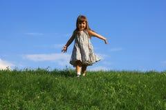Ragazza felice sulla collina Fotografia Stock Libera da Diritti