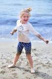Ragazza felice sulla spiaggia Fotografia Stock