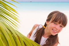 Ragazza felice sulla spiaggia tropicale fotografia stock libera da diritti