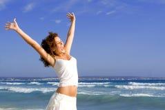 Ragazza felice sulla vacanza di estate immagine stock