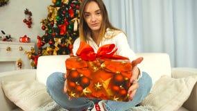 Ragazza felice sullo strato con il regalo di Natale stock footage