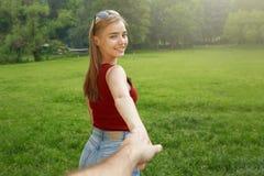 Ragazza felice sveglia su estate dell'erba Fotografia Stock Libera da Diritti