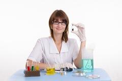 Ragazza felice in un laboratorio Immagini Stock