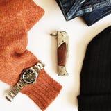 Ragazza felice in vestiti caldi di inverno Immagini Stock