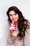 Ragazza felice vi che dà regalo di Natale su fondo bianco Fotografia Stock Libera da Diritti