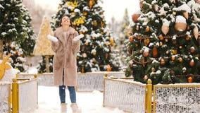 Ragazza felice vicino al ramo dell'abete in neve per il nuovo anno stock footage