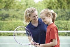 Ragazza femminile di Giving Lesson To della vettura di tennis fotografia stock