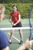 Ragazza femminile di Giving Lesson To della vettura di tennis immagini stock