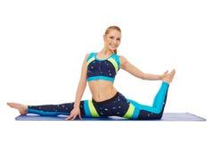 Ragazza flessibile sorridente che fa spaccatura relativa alla ginnastica Fotografia Stock Libera da Diritti