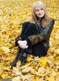 Ragazza in fogli di autunno Fotografia Stock Libera da Diritti