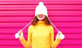 Ragazza fresca che porta un maglione giallo tricottato variopinto fotografia stock libera da diritti