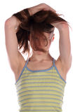 Ragazza in fronte nascondentesi superiore stripy verde in capelli. Fotografia Stock