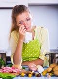 Ragazza frustrata che esamina gli ingredienti Immagini Stock
