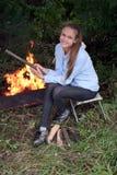 Ragazza a fuoco di accampamento Fotografia Stock Libera da Diritti