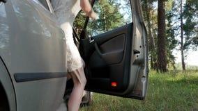 Ragazza fuori la porta di automobile in foresta 4k archivi video