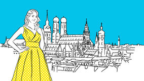 Ragazza gialla piacevole davanti a panorama di Monaco di Baviera Immagine Stock