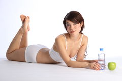 Ragazza giapponese in buona salute con la mela e le acque in bottiglia fotografia stock libera da diritti
