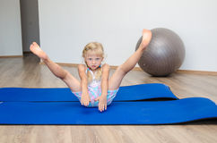 Ragazza in ginnastica Fotografie Stock Libere da Diritti